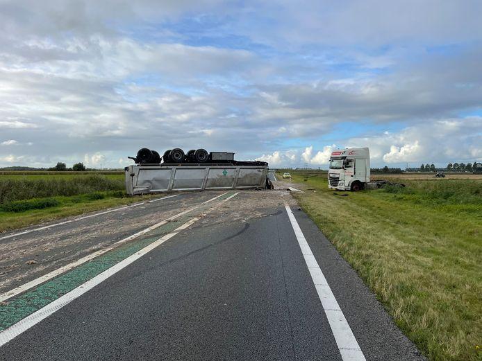 Een gekantelde vrachtwagen zorgt voor grote verkeershinder op de N50 bij afrit Kampen-Noord.
