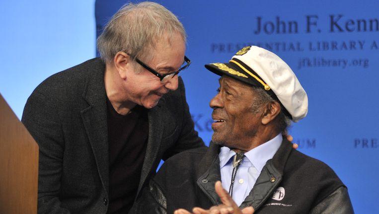 Paul Simon (l.) in een onderonsje met Chuck Berry. Beeld ap