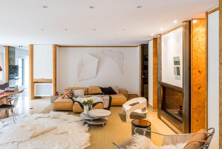 De lederen Extrasoft-zetel is van Living Divani, het grote tapijt bestaat uit 13 aan elkaar genaaide schapenvellen en is van Carine Boxy.De salontafel is een origineel stuk van Maria Pergay en de witte stoel rechts is van Joe Colombo. Het witte kunstwerk van Valerie Krause kocht Nele op Art Brussels. Beeld Luc Roymans