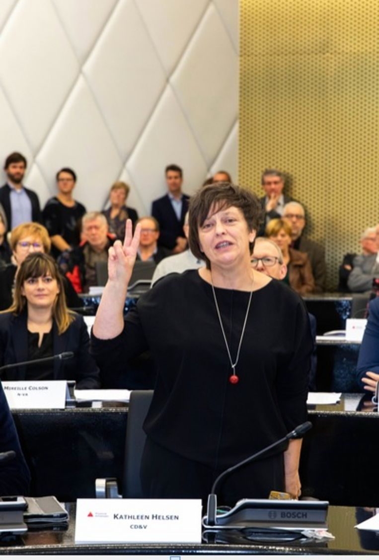 Kathleen Helsen (CD&V)legt de eed af als nieuwe gedeputeerde.