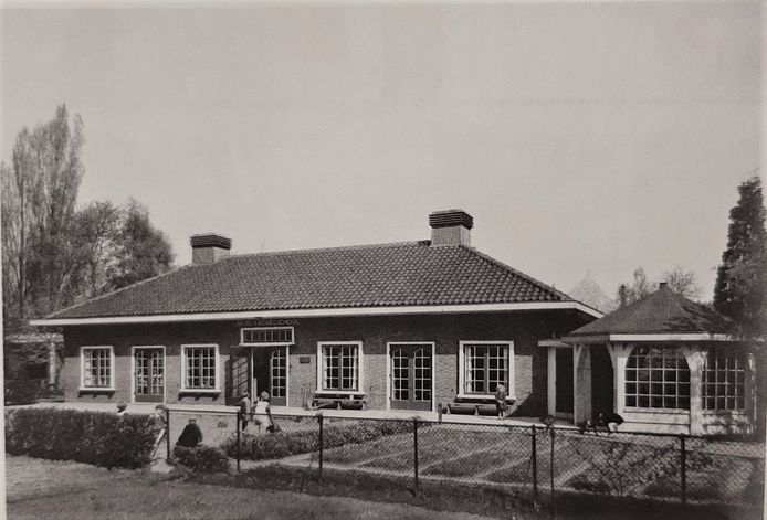 Nuts-Fröbelschool ontworpen door J.W. Hanrath gebouwd in 1927 met rechts het zandprieel.