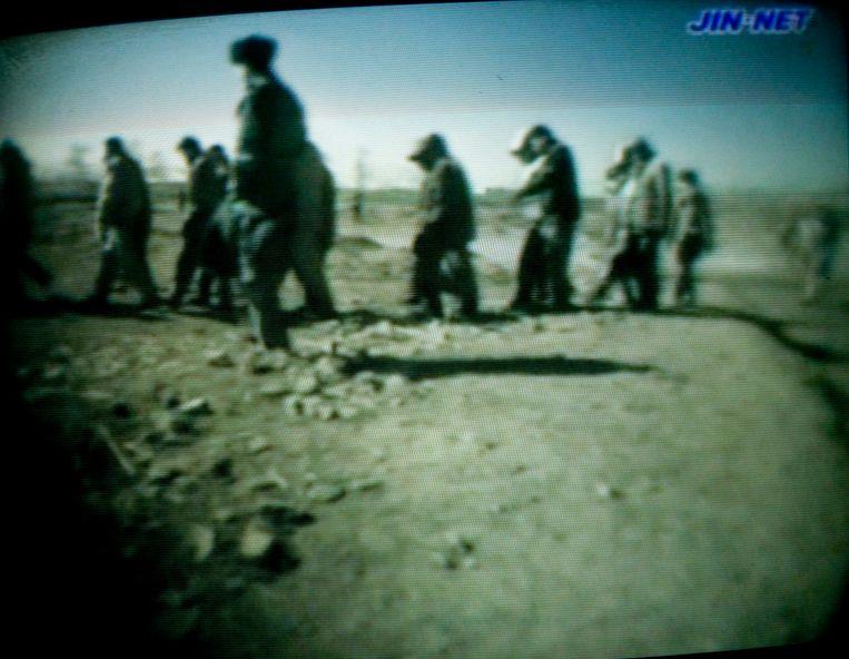 Still van een uit Noord-Korea gesmokkelde video van een vernietigingskamp. Beeld Photo News
