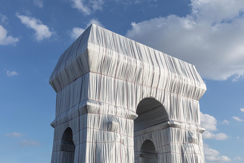 De Arc de Triomphe werd ingepakt in  25 duizend vierkante meter polypropyleen.  Beeld Natascha Libbert