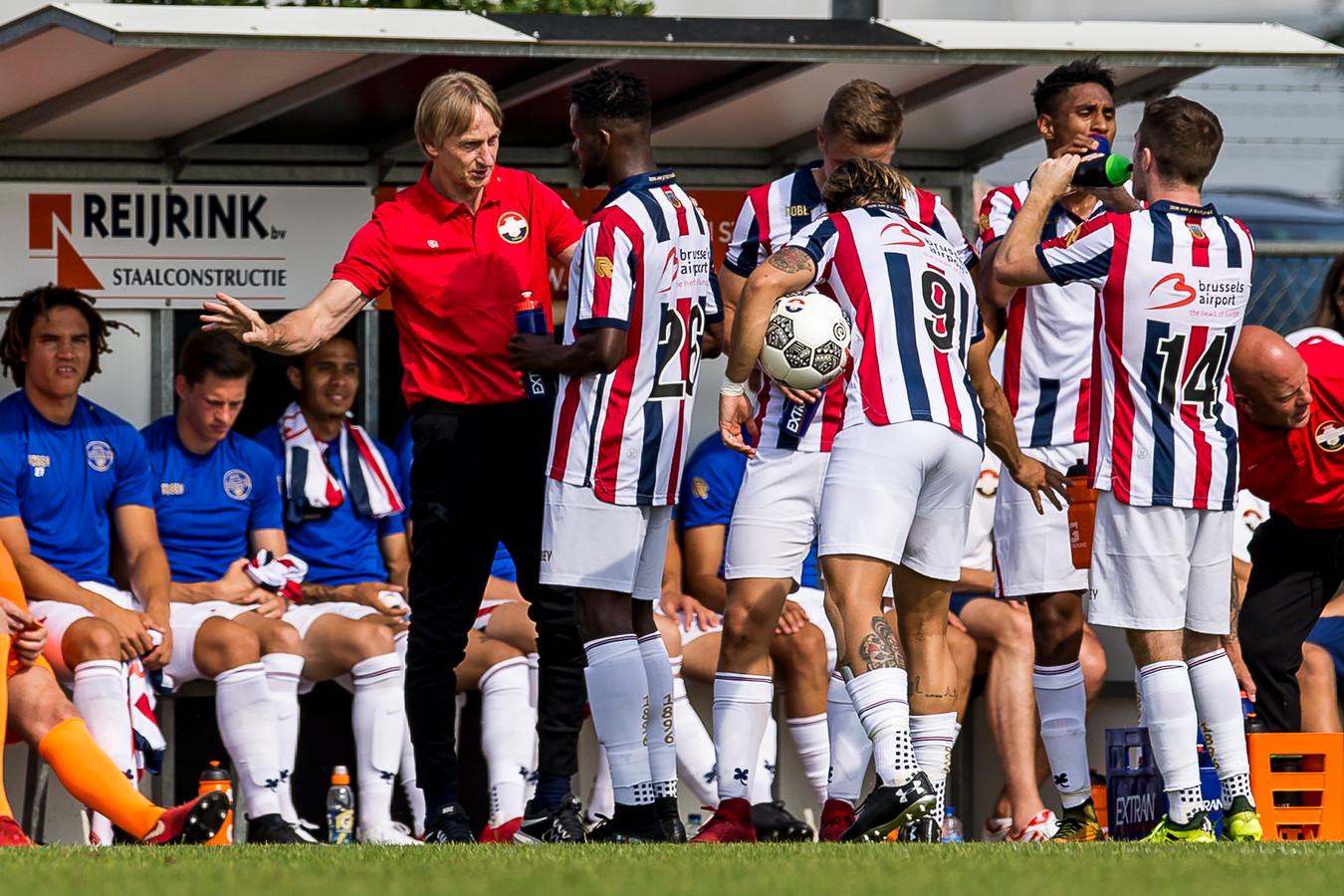 Willem II-trainer Adrie Koster geeft instructies aan zijn spelers.