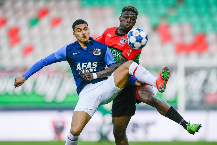 Kevin Bukusu in duel met Zakaria Aboukhlal van Jong AZ. De verdediger van NEC zou later in de wedstrijd uitvallen.