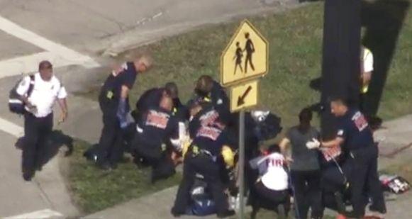 Hulpdiensten ontfermen zich over een slachtoffer.