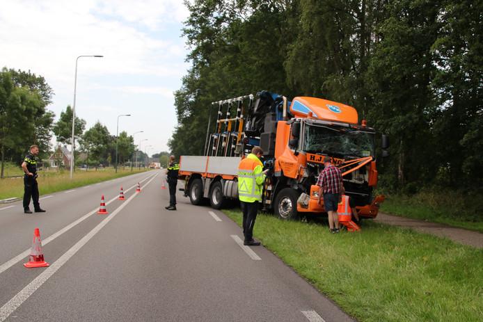 De vrachtwagen die achter op een andere vrachtwagen reed in Rhenen is total loss.