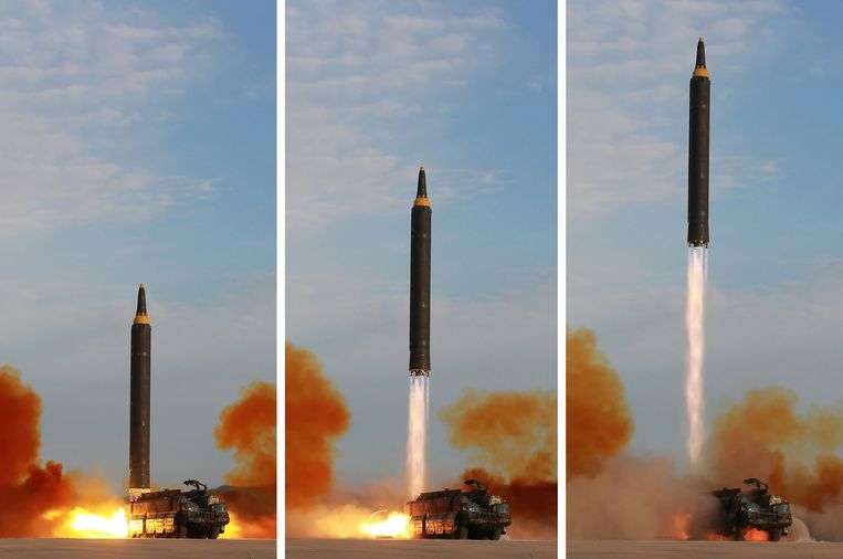 This undated combination picture released from North Korea's official Korean Central News Agency (KCNA) on September 16, 2017 shows a launching drill of the medium-and-long range strategic ballistic rocket Hwasong-12 at an undisclosed location. Beeld AFP