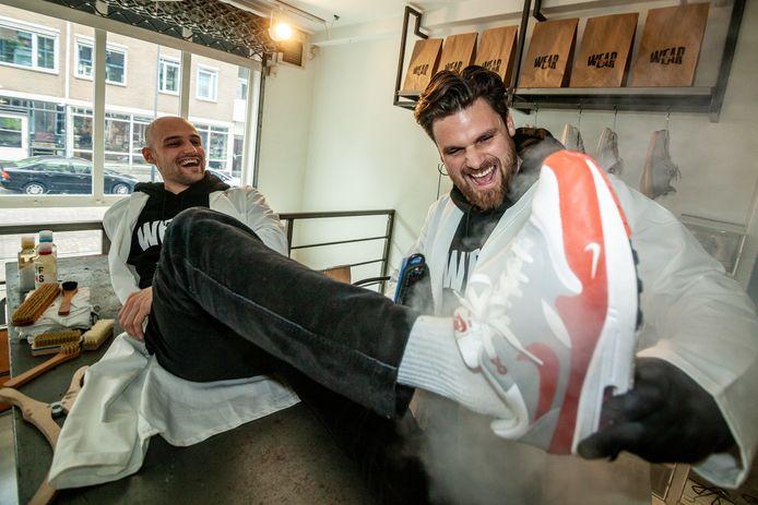 Lorenzo van Galen (rechts) en Pim Roggeveen, chefs-sneakercleaner bij WEAR.