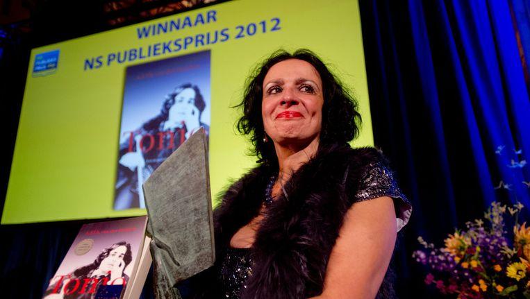 Mirjam Rotenstreich, de vrouw van A.F.Th van der Heijden, neemt de prijzen (een sculptuur van Jeroen Henneman, 7500 euro en een eersteklasjaarabonnement van de NS) in ontvangst nadat bekend is gemaakt dat Van der Heijden de winnaar is van de NS Publieksprijs 2012. Beeld anp