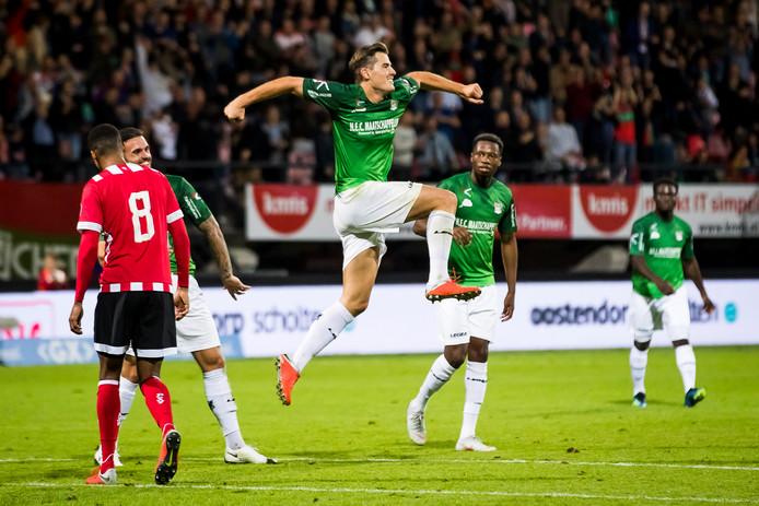 NEC-spits Sven Braken viert zijn tweede treffer tegen Jong PSV.