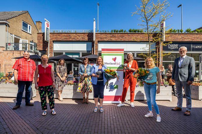 Links vijf vrijwilligers van Fietsen voor m'n eten, twee vrijwilligers van School's cool Westland en rechts wethouder Piet Vreugdenhil.