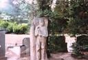 Het manshoge beeld dat tot 2008 bij het graf stond van Herman Steentjes in Elspeet.