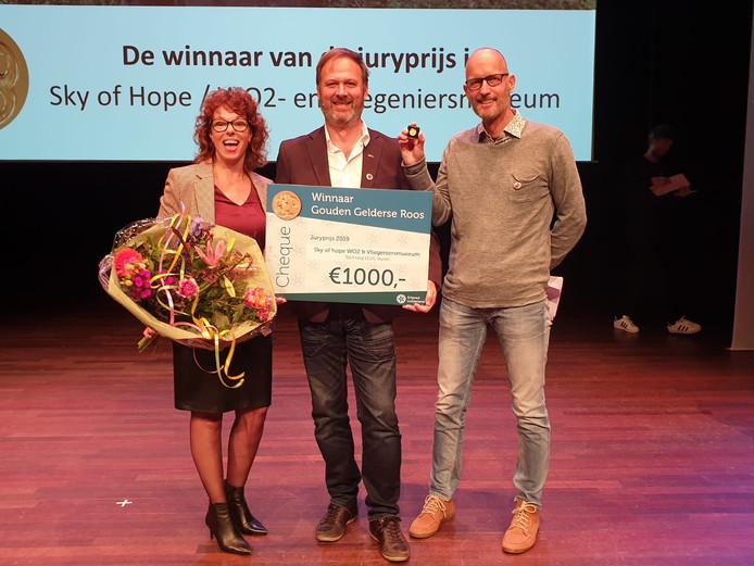 De uitreiking van de cheque voor het project Sky of Hope van het WOII- en Vliegeniersmuseum in Vuren.
