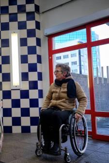 Stationslift voor verlamde vrouw niet snel genoeg gemaakt: 'Ik moest op m'n billen de koude trap af'