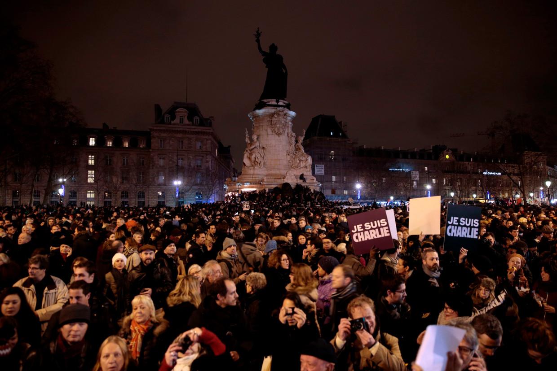Januari 2015: in Parijs betuigen na de aanslag duizenden mensen hun steun aan 'Charlie Hebdo'. Beeld AFP
