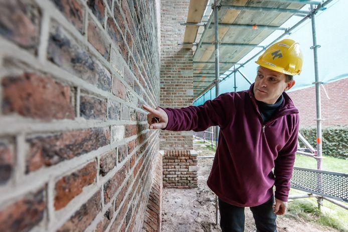 """De Nederlands Hervormde Kerk wordt gerenoveerd.  Architect Robert Guinée: ,,Ziet u het verschil met de rest?"""""""