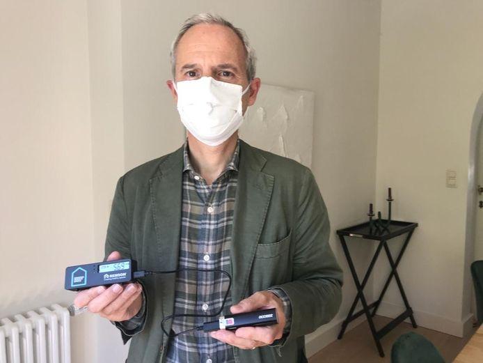 Kraainems burgemeester Bertrand Waucquez met één van de CO2-meters.