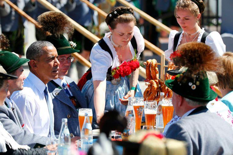 Barack Obama aan de pretzels en alcoholfreie Weihenstephaner tijdens de G7 in Krün.  Beeld REUTERS