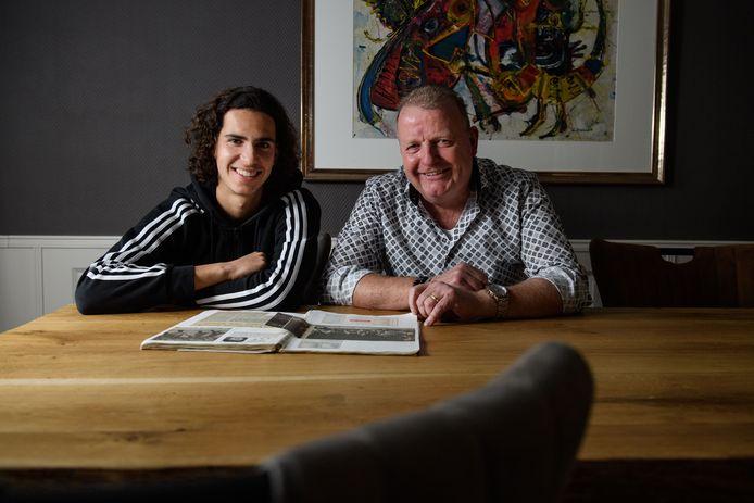 FC Twente-speler Ramiz Zerrouki en Marcel Mentink bladeren door het plakboek van laatstgenoemde.
