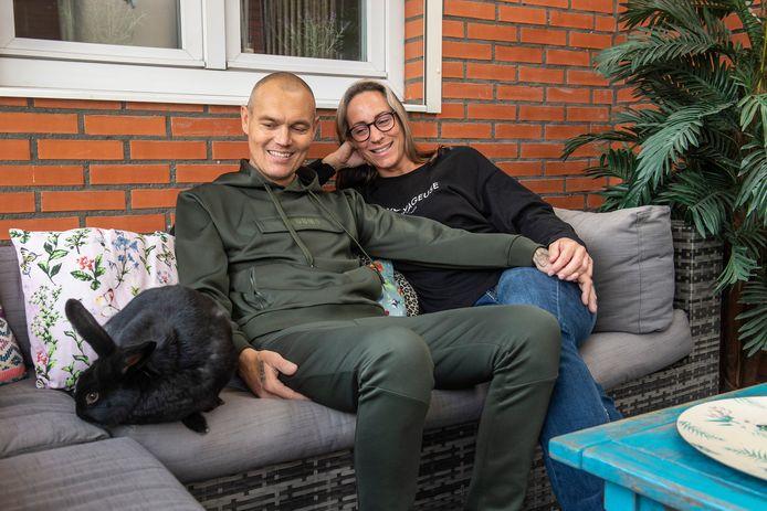 Patrick van der Linde en zijn vrouw Tamara. Zes weken geleden heeft hij een nieuwe nier gekregen.