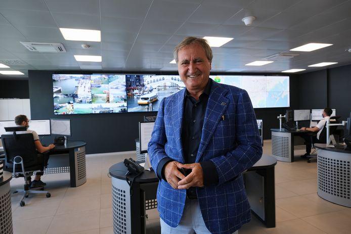 Luigi Brugnaro voor het controlecentrum van Venetië.