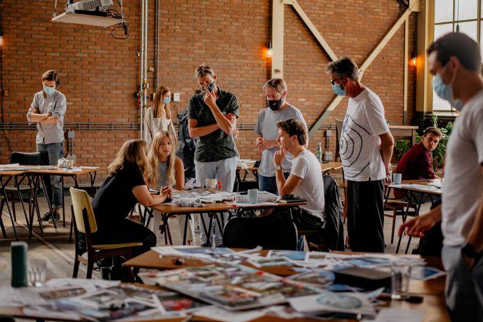 Tim Stins (midden, wit T-shirt) in zijn ontwerpgroep. Stadsbouwmeestder Tako Postma kijkt over zijn rug mee