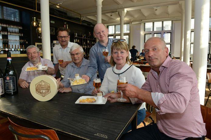 De organisatoren van de Brugse Kaasmarkt en schepen Hilde Decleer.