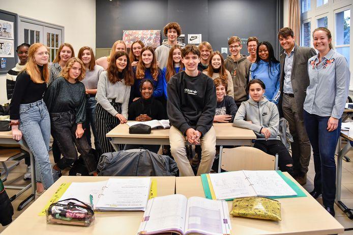 """Maarten in het midden tussen zijn klasgenoten van vier Humane Wetenschappen: """"We zijn allemaal trots op hem!"""""""