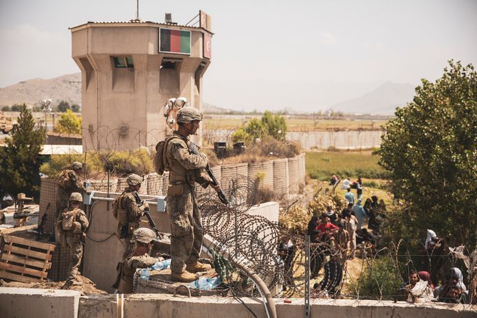 Amerikaanse soldaten bij de luchthaven van Kaboel.