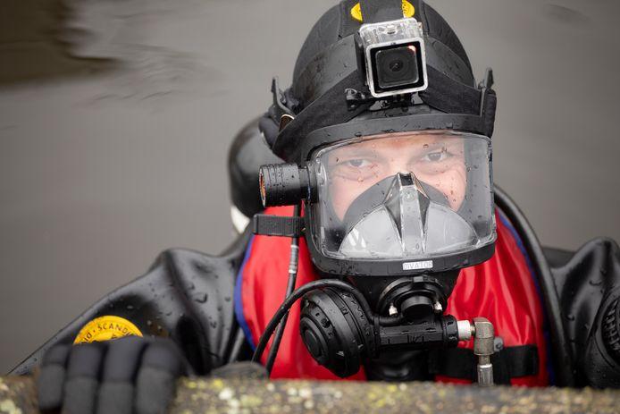 Duikers van de brandweer redden vorig weekend nog mensen en honden van het dunne ijs, nu staan ze klaar om mensen uit het water te halen.