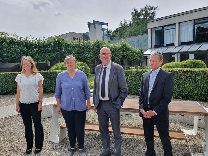Van links naar rechts: toekomstig burgemeester en huidig schepen Sanne Van Looy (N-VA) van Malle, architect Nel Lernout, gedeputeerde Luk Lemmens (N-VA) en directeur Johan Mutert in een van de binnentuinen van het Provinciaal Vormingscentrum Malle.