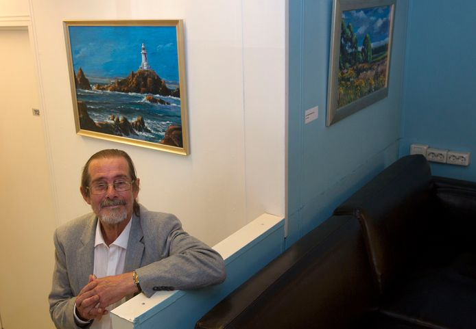 Bob Heiligers bij enkele van zijn schilderijen.