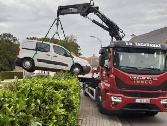 Wagen die in struiken hangt pas na drie dagen getakeld