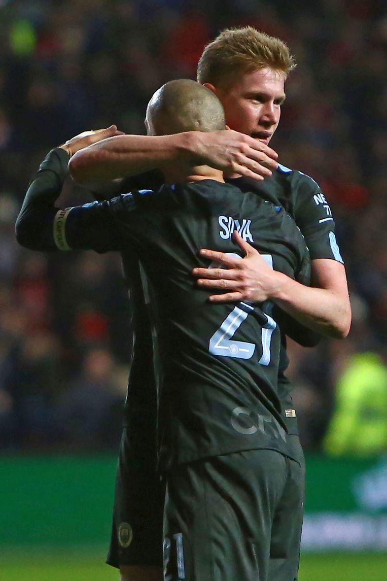 ► De Bruyne omhelst Silva na zijn late winner tegen Bristol City, dinsdagavond. Beeld AFP