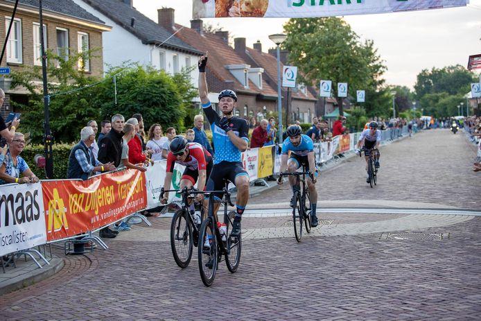 Nick van der meer wint de sprint van een kleine kopgroep.