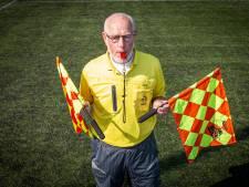 Nijverdaller Gerard Westenbroek (78) stopt na 54 jaar als scheidsrechter: Hij brak drie keer zijn been en ging onverdroten door
