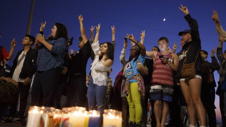 Overal in de Verenigde Staten waren gisterenavond bijeenkomsten uit protest tegen de moord op de vijf politieagenten. Hier in Huntington Beach, Californië. Beeld epa