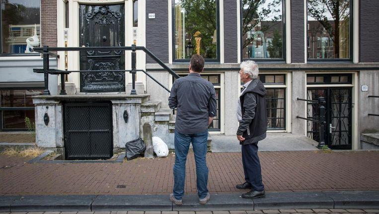 Geert Mak en journalist Maarten Moll voor Kloveniersburgwal 103, waar de eerste Jan Six woonde tot de dood van zijn moeder. Beeld Dingena Mol