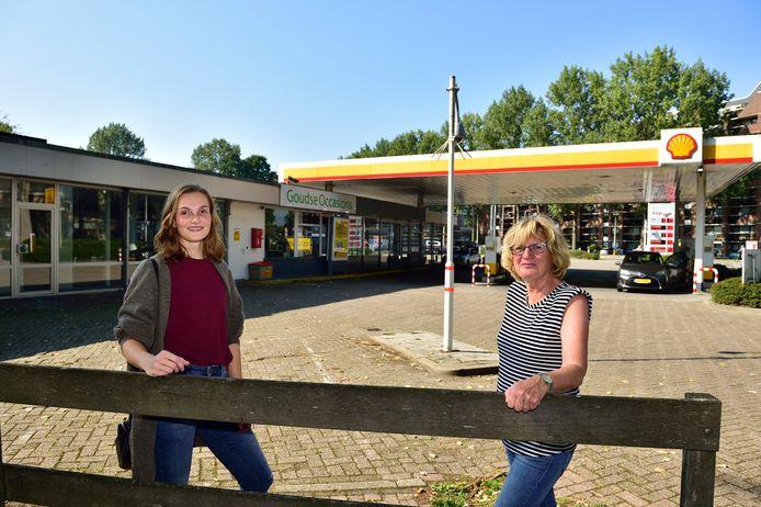 Sanne Krutzen (links) en Marijke van Oijen op de plek aan de Ridder van Catsweg in Gouda waar waarschijnlijk drie woontorens worden gebouwd.