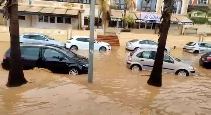 Auto's in hoog water in Lepe, in de Spaanse provincie Huelva in Andalusië.