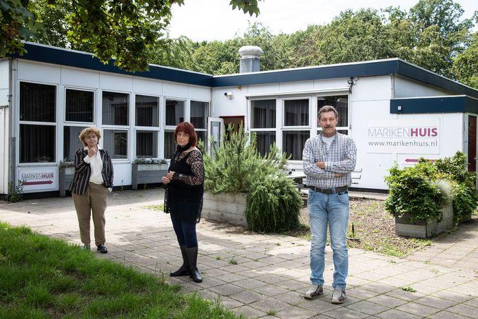 Ineke van Beek, Alice Gerritsen en Ruud Ruiter (v.l.n.r.) bij het Marikenhuis in Nijmegen.