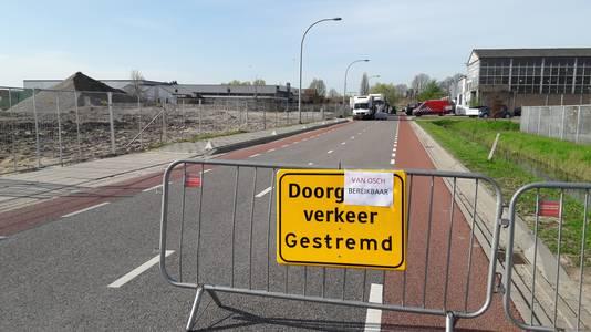 Er waren twee dagen nodig om alle chemicaliën die aan de Veilingweg in Zaltbommel lagen opgeslagen af te voeren. Tijdens dat werk was de weg afgesloten.