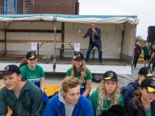 Studenten in Dronten blij met alternatieve introductie: biggen verkopen en dan een borrel drinken