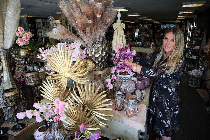 Nel Vergouwe in haar zaak Personelity; een fashion & lifestyle-winkel in Schiedam.