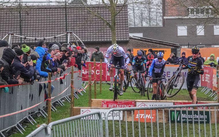 De Cyclocross in Otegem heeft naar jaarlijkse gewoonte enkele duizenden sport- en ambianceliefhebbers naar Zwevegem gelokt. Met 7000 waren ze deze keer.