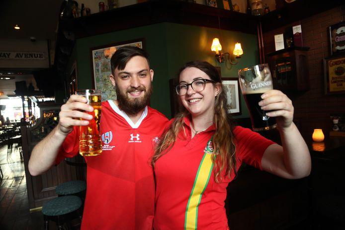 """Hugo en Clare komen uit Wales. Ze wonen in Den Haag en daar kijken ze graag voetbal in de kroeg. ,,Ik ben gek op bitterballen!"""""""