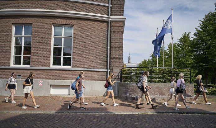 De introductieweken voor de eerstejaars verliepen dit jaar door corona anders. In Leiden kregen studenten in kleine groepjes een stadswandeling.
