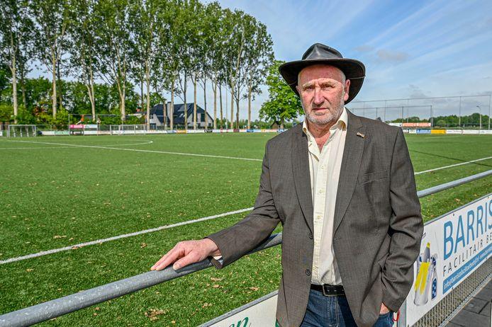 Corné Koenraadt uit Welberg heeft een lintje gekregen. Hij is als vrijwilliger veel te zien bij het sportpark van voetbalclub SC Welberg