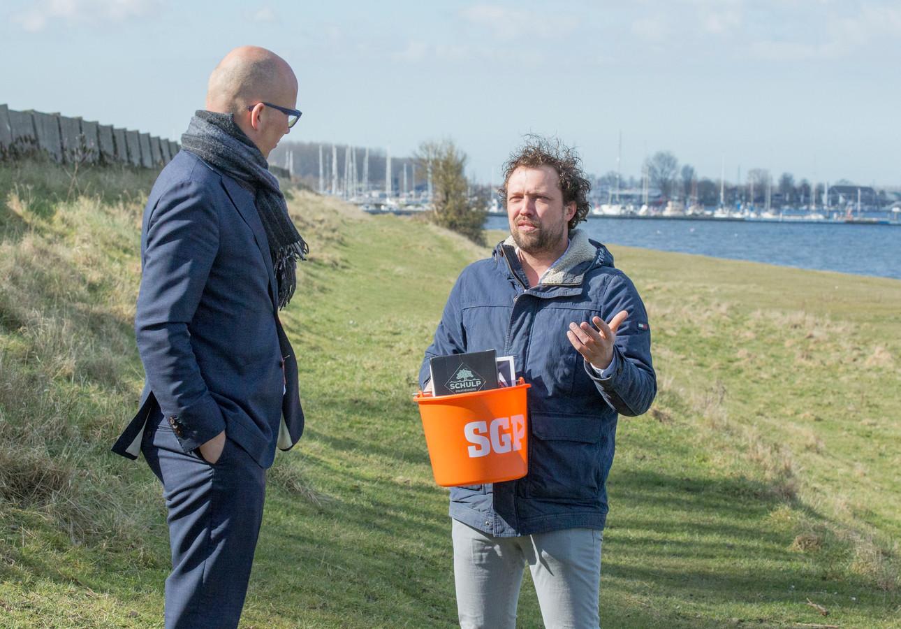 Agrariër Bastiaan van 't Westeinde (r) in gesprek met SGP'er Johnny Lukasse op de plek waar hij graag vakantiehuisjes wil bouwen.